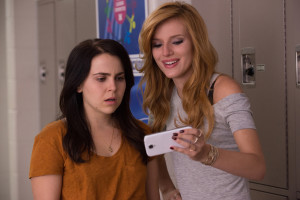 THE DUFF - 2015 FILM STILL - Mae Whitman and Bella Thorne - Photo Credit: Guy D Alema   Lionsgate and CBS Films. © 2014 Granville Pictures Inc. All Rights Reserved.